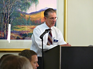 Mike-Hall-leading-seminar-320px